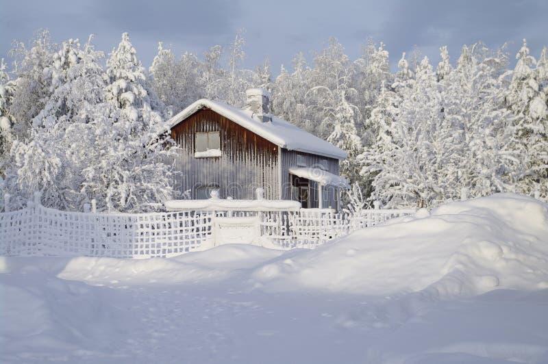 Choza sueca típica en invierno imágenes de archivo libres de regalías
