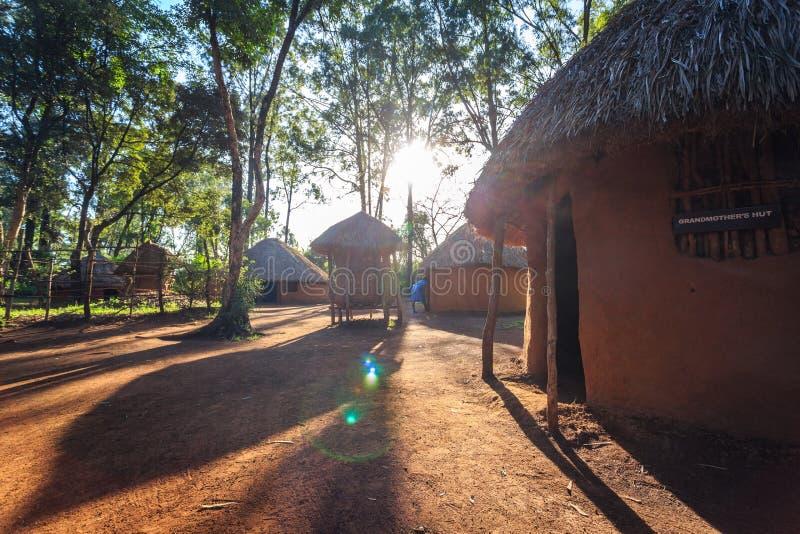 Choza tradicional, tribal de la gente del Kenyan imagen de archivo