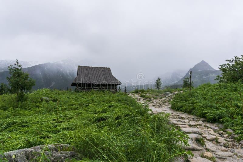 Choza vieja en el fondo de grandes picos Valle de Gasienicowa Monta?as de Tatra polonia fotos de archivo