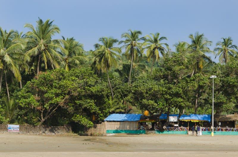 Choza y árboles en la playa fotografía de archivo