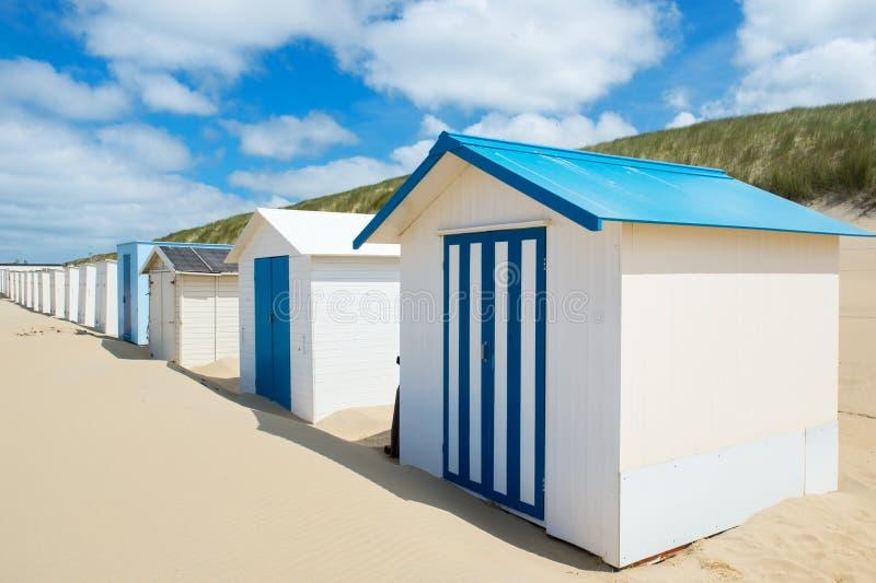 Chozas azules de la playa en Texel fotografía de archivo
