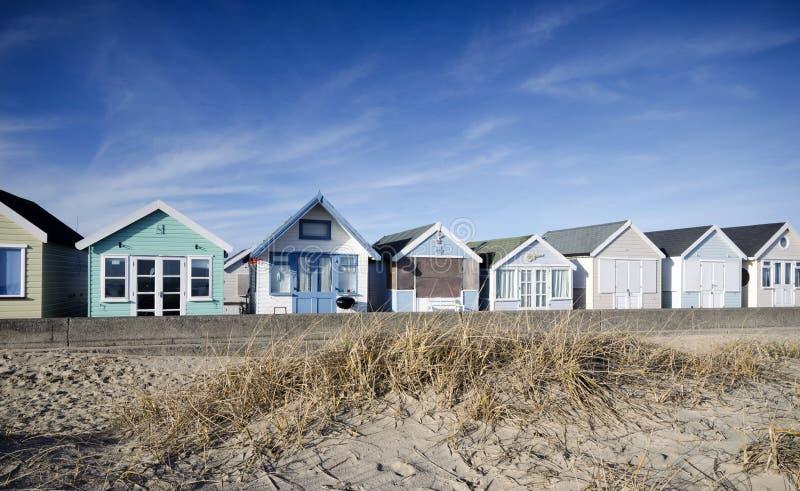Chozas brillantemente coloreadas de la playa foto de archivo libre de regalías
