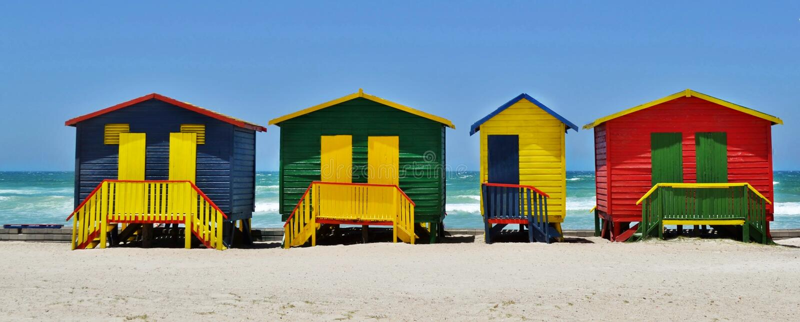 Chozas cambiantes coloridas en una playa fotos de archivo libres de regalías