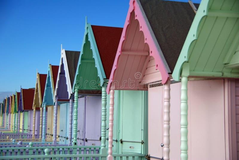 Chozas coloridas de la playa en la isla Essex de Mersea foto de archivo libre de regalías