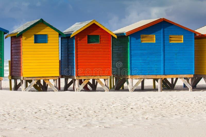 Chozas coloridas de la playa en la playa de Muizenberg imagen de archivo
