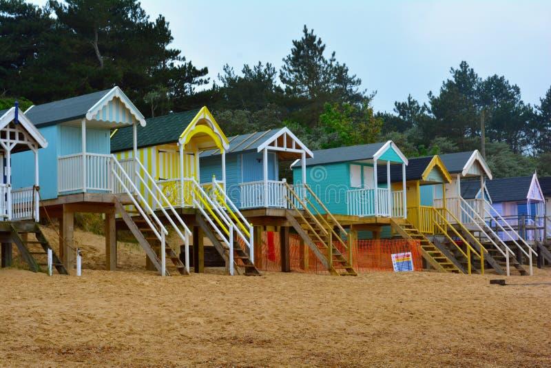Chozas coloridas de la playa en una playa arenosa, mar septentrional, playa de Holkham, Reino Unido imagenes de archivo