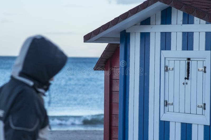Chozas con las tiras blancas y azules en la playa imagen de archivo