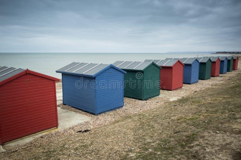 Chozas de la playa en la playa imagenes de archivo