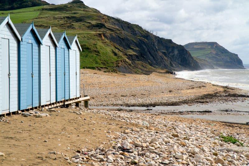 Chozas de la playa en la playa de Charmouth en Dorset fotos de archivo libres de regalías