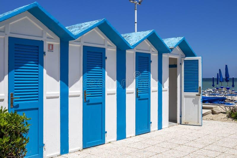Chozas de la playa en Oporto Recanati, Italia imagenes de archivo
