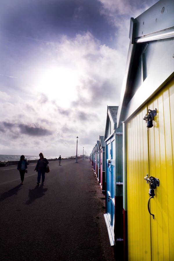 Chozas de la 'promenade' y de la playa de Brighton en un día ventoso fotografía de archivo