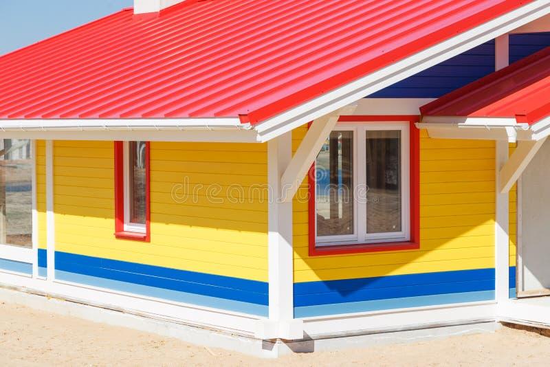 Chozas de madera coloreadas vibrantes de la playa foto de archivo libre de regalías