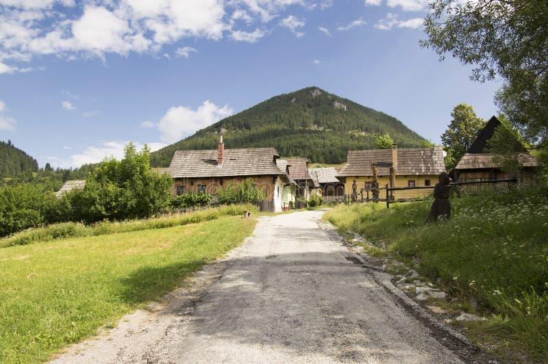 Chozas de madera de las montañas en el pueblo tradicional hermoso de Vlkolinec en Eslovaquia imágenes de archivo libres de regalías