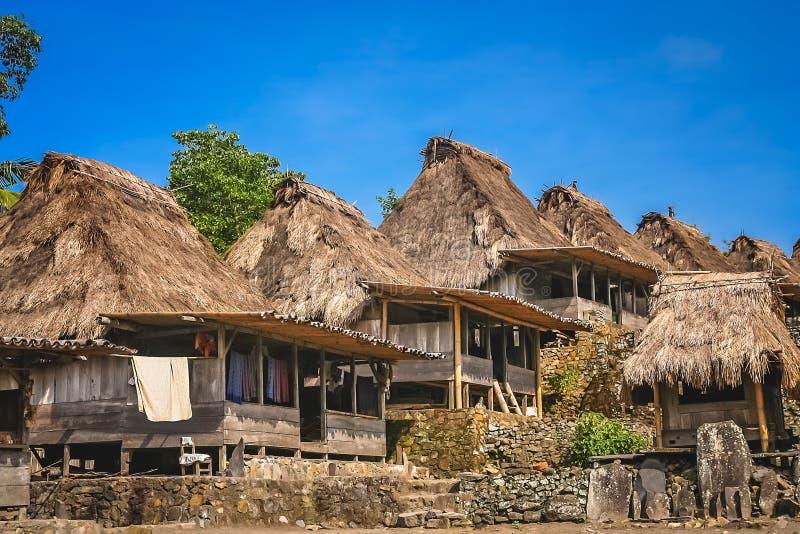 Chozas de madera viejas en el pueblo de Bena imagenes de archivo