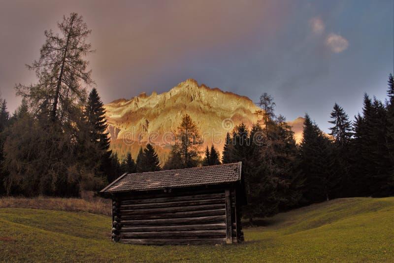 Chozas delante de Zugspitze fotografía de archivo libre de regalías