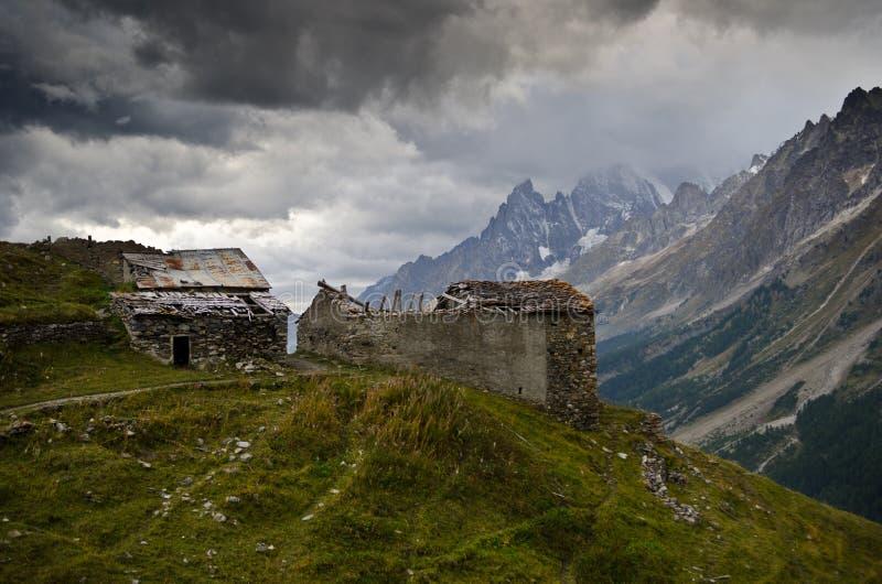 Chozas Destruidas En Las Montañas Imagenes de archivo