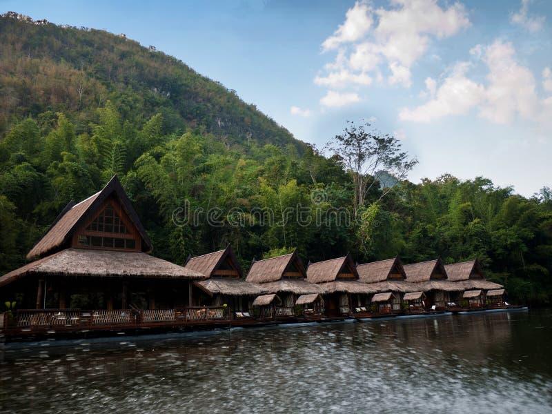 Chozas en el río Kwai, Tailandia fotografía de archivo