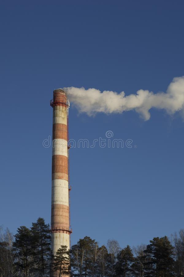 CHP da tubulação do fumo contra o céu azul fotos de stock royalty free
