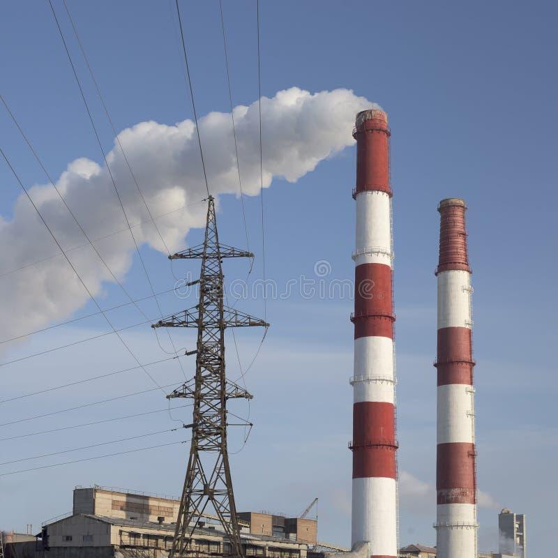 CHP do tubo de fumo contra o céu azul fotos de stock