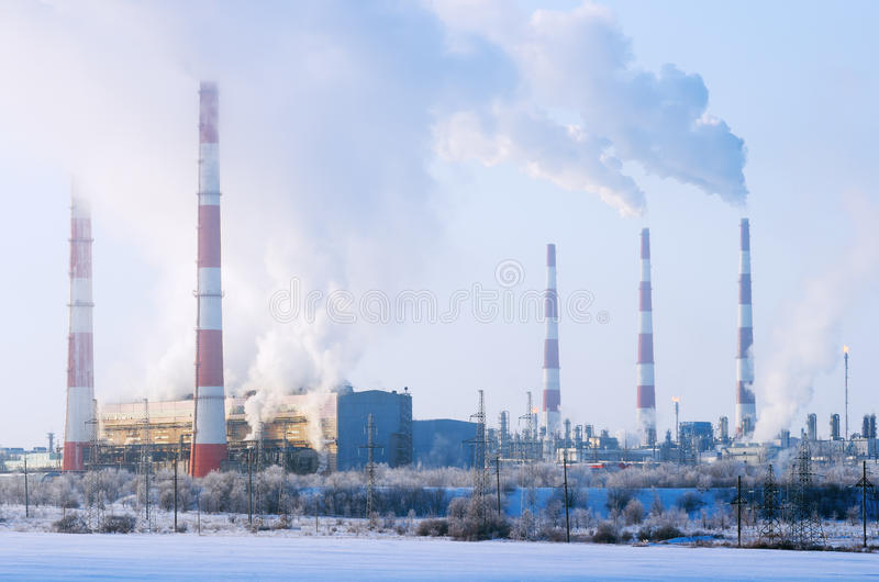 Chp- och gasbearbetningsanläggning i vintern royaltyfri bild