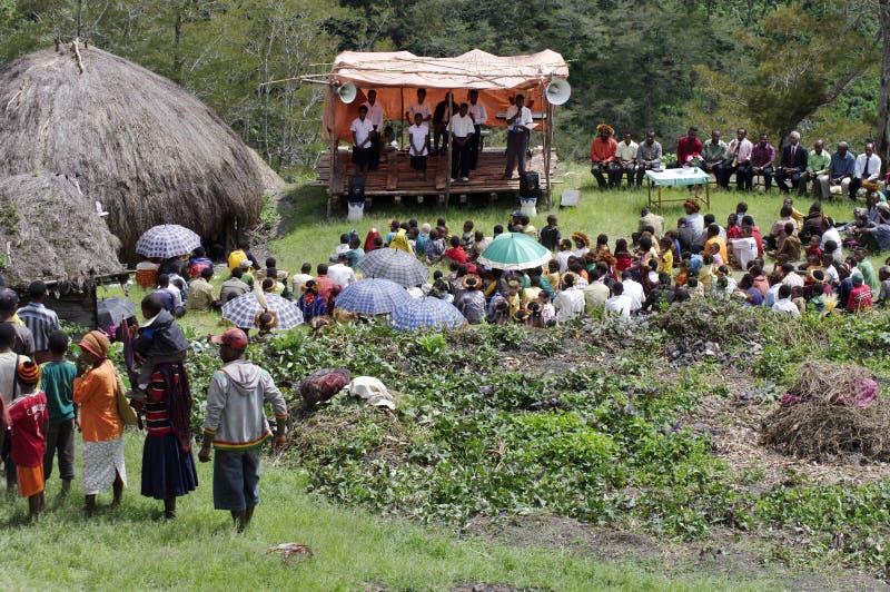 Chrétien prêchant dans le village de Papuan images stock