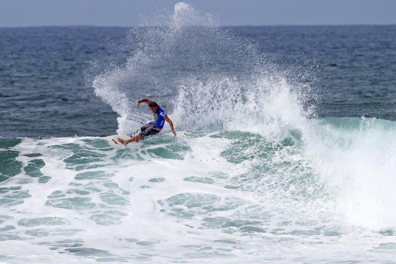 Chris-Bezirk, der in den Triple Crown Hawaii surft stockfoto