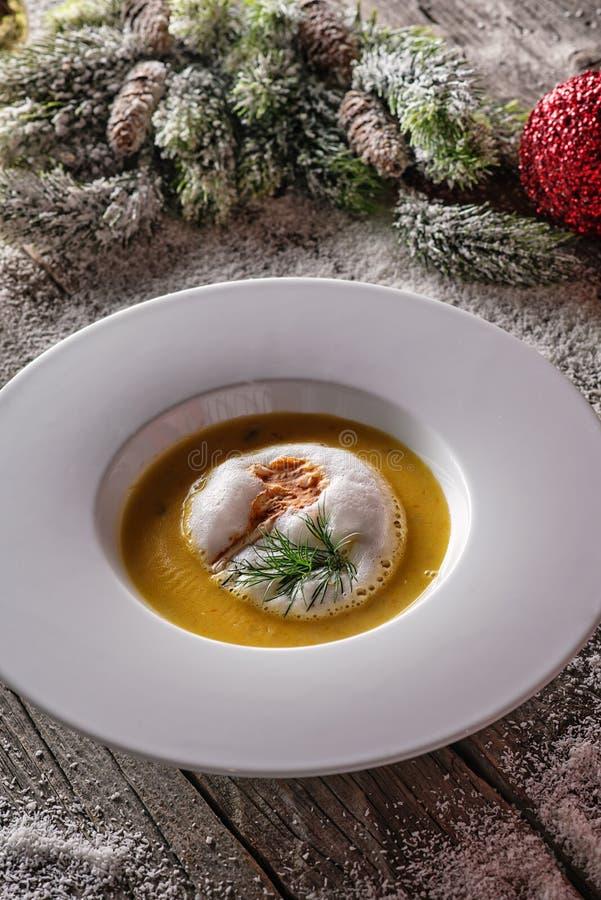 Chrismas在白色板材有圣诞节装饰的,现代美食术的鱼汤 库存图片