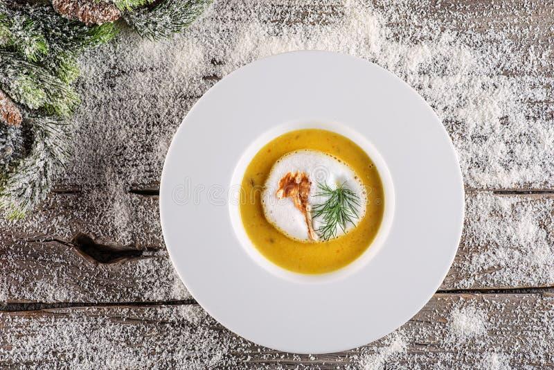 Chrismas在白色板材有圣诞节装饰的,现代美食术的鱼汤 库存照片