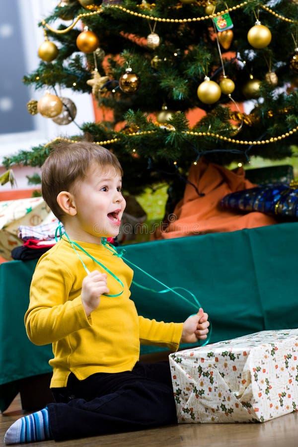 Chrismas Öffnung des kleinen Jungen Geschenk stockfotos