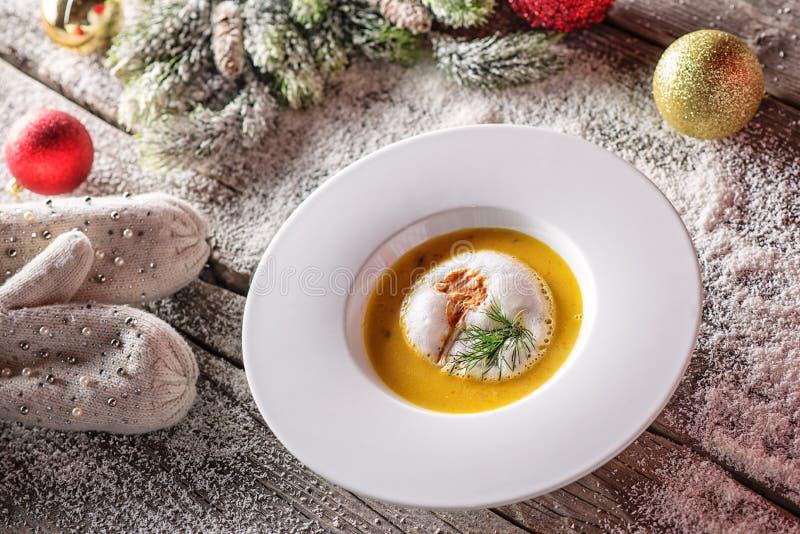 Chrismas łowi polewkę w bielu talerzu z boże narodzenie dekoracjami, nowożytny gastronomy obraz royalty free