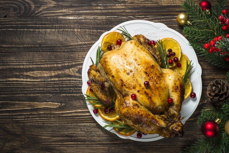 Chrismas kurczak piec z cranberry, pomarańcze i rozmarynami, Święta dekorują obiadowych domowych świeżych pomysłów fotografia royalty free