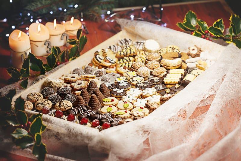 Chrismas mieszał cukierki z chrismas dekoracją obrazy royalty free