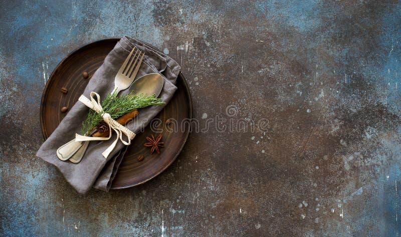 Chrismas stołu miejsca położenie Tableware z wiecznozielonymi gałązkami, co zdjęcie royalty free