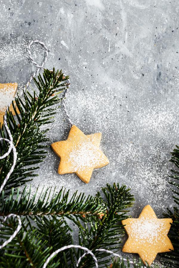 chrismtas cookie звезды и ветви дерева на сером фоне, концепция праздника, копировать пространство стоковые изображения