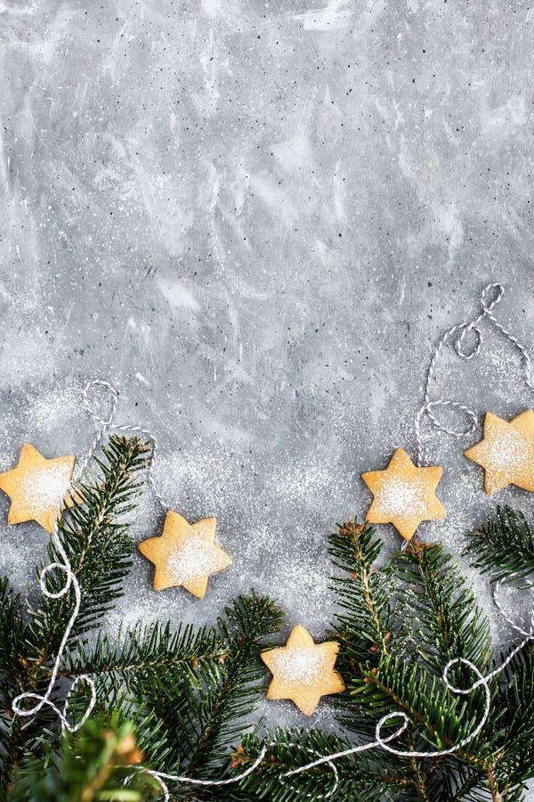 chrismtas cookie звезды и ветви дерева на сером фоне, концепция праздника, копировать пространство стоковая фотография