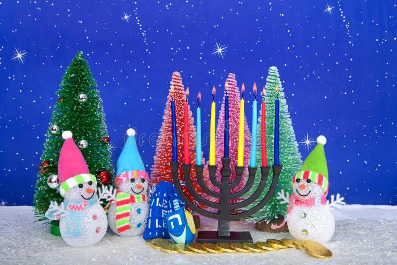 Chrismukkah-Beschreibung, Schneemänner menorah Weihnachtsbäume lizenzfreies stockbild