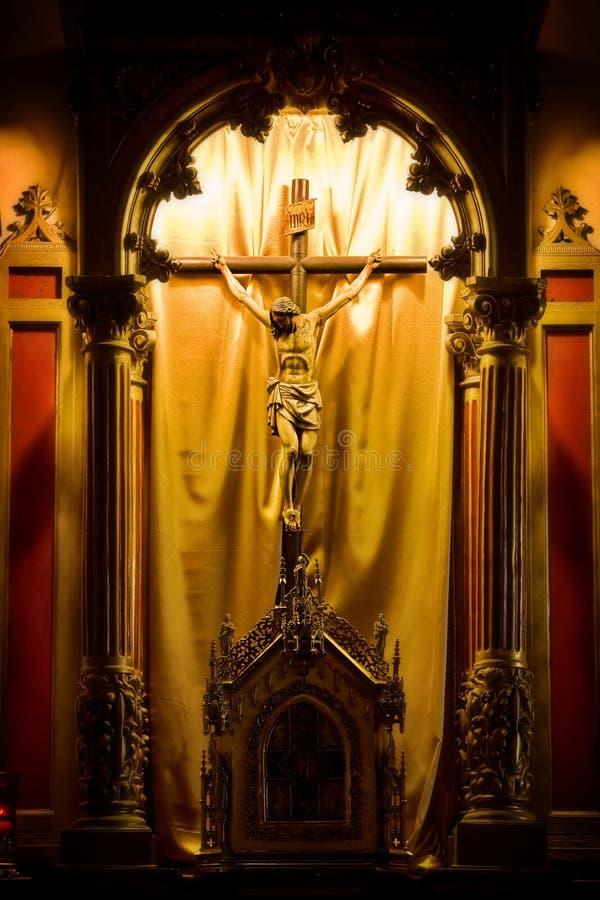 Christ auf einem Kreuz in einer Kirche lizenzfreie stockfotos