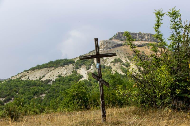 christ kors jesus Påsk uppståndelsebegrepp Kristet träkors på en bakgrund med dramatisk belysning, färgrikt berg royaltyfria foton