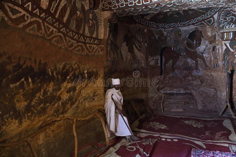 Christain präst i den Abuna Yemata kyrkan i Etiopien fotografering för bildbyråer