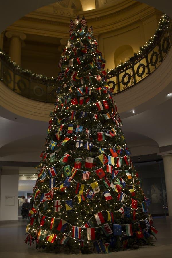 Christas-Baum mit Vielzahl-Land-Flaggen, die Welt vereinigt und Frieden wünschend stockfoto