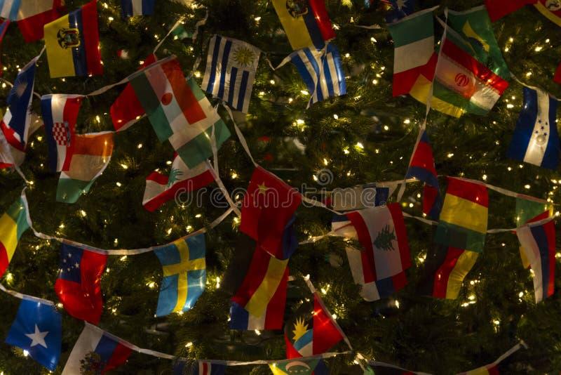 Christas-Baum mit Vielzahl-Landesflaggen, die Welt vereinigt und Frieden wünschend stockfotografie