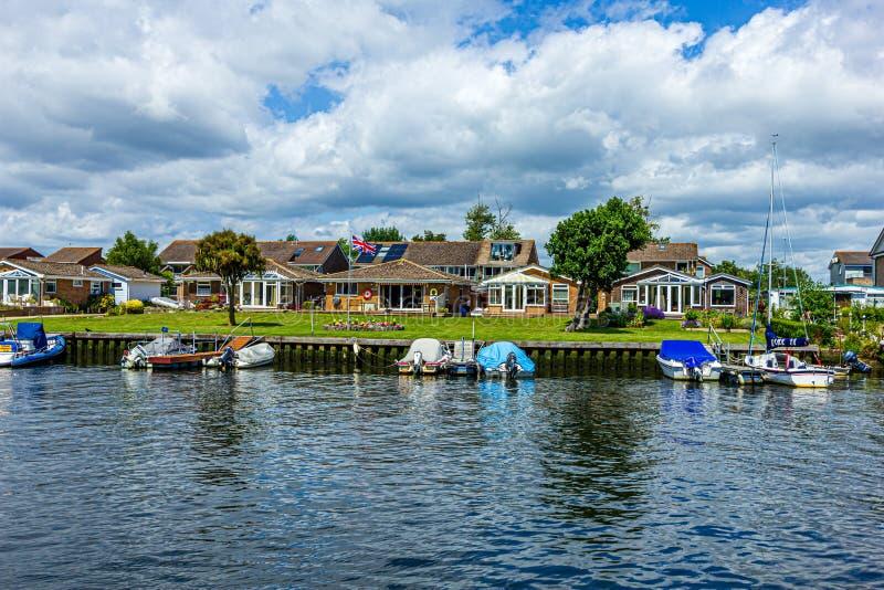 Christchurch Dorset/Förenade kungariket - Juni 30, 2019: En sikt av det härliga bostads- huset med grönt gräs och den Union Jack  royaltyfri foto