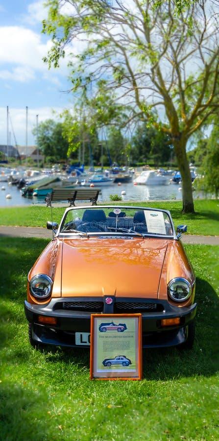 Christchurch Dorset/Förenade kungariket - Juni 30, 2019: En sikt av en orange MG inskränkt upplaga på en klassisk bilshow royaltyfria foton