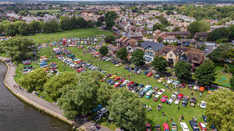 Christchurch, Dorset/Regno Unito - 30 giugno 2019: Una vista aerea delle automobili classiche sulla casa di Bournemouth di promen immagine stock
