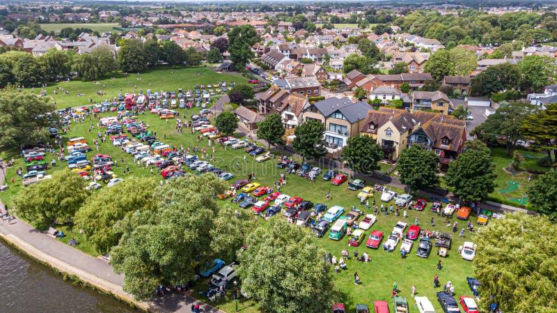 Christchurch, Dorset/Regno Unito - 30 giugno 2019: Una vista aerea delle automobili classiche sulla casa di Bournemouth di promen immagini stock libere da diritti