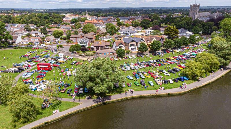 Christchurch, Dorset/Reino Unido - 30 de junio de 2019: Una vista aérea de los coches clásicos en el hogar de Bournemouth del bai fotos de archivo libres de regalías