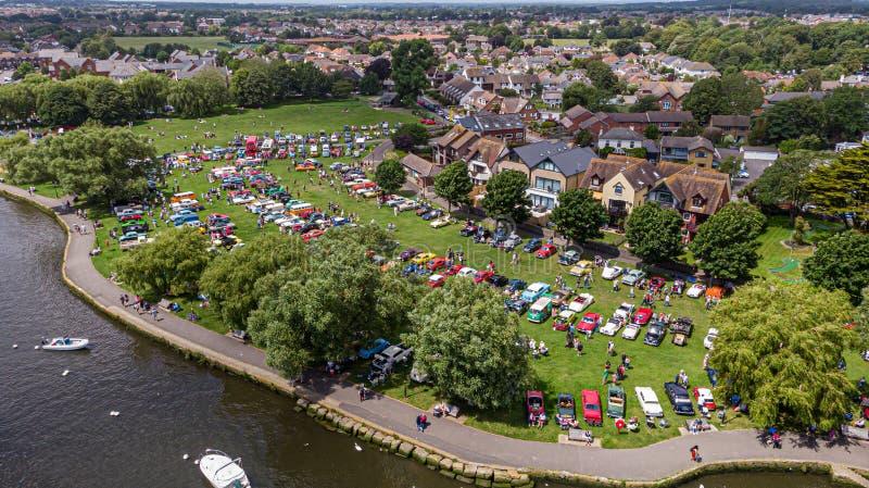 Christchurch, Dorset/Reino Unido - 30 de junio de 2019: Una vista aérea de los coches clásicos en el hogar de Bournemouth del bai foto de archivo libre de regalías