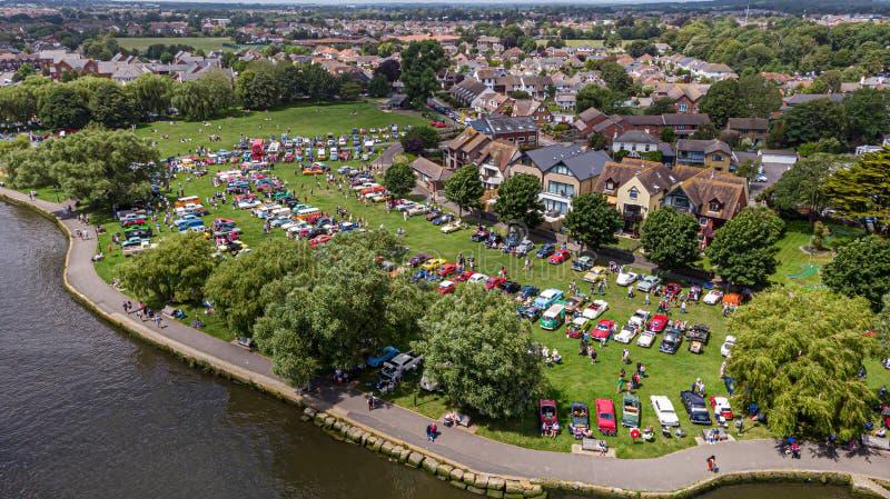 Christchurch, Dorset/Reino Unido - 30 de junio de 2019: Una vista aérea de los coches clásicos en el hogar de Bournemouth del bai fotografía de archivo libre de regalías