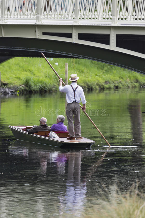 CHRISTCHURCH, NIEUW ZEELAND - NOVEMBER 08, 2014: Boatman leidt stock fotografie