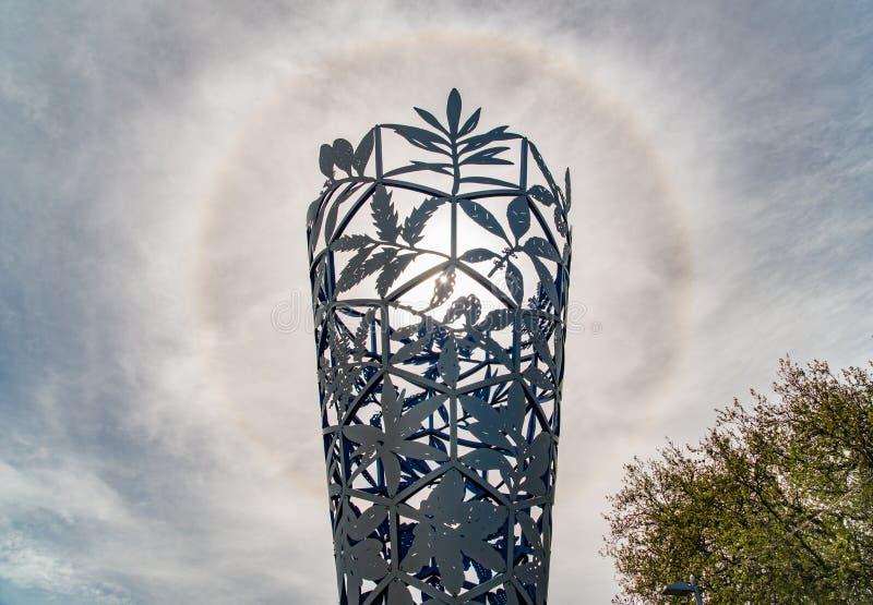 Christchurch, Nueva Zelanda - October-02-2017: Halo espectacular de Sun sobre la cáliz una señal icónica de la escultura en el sq imágenes de archivo libres de regalías